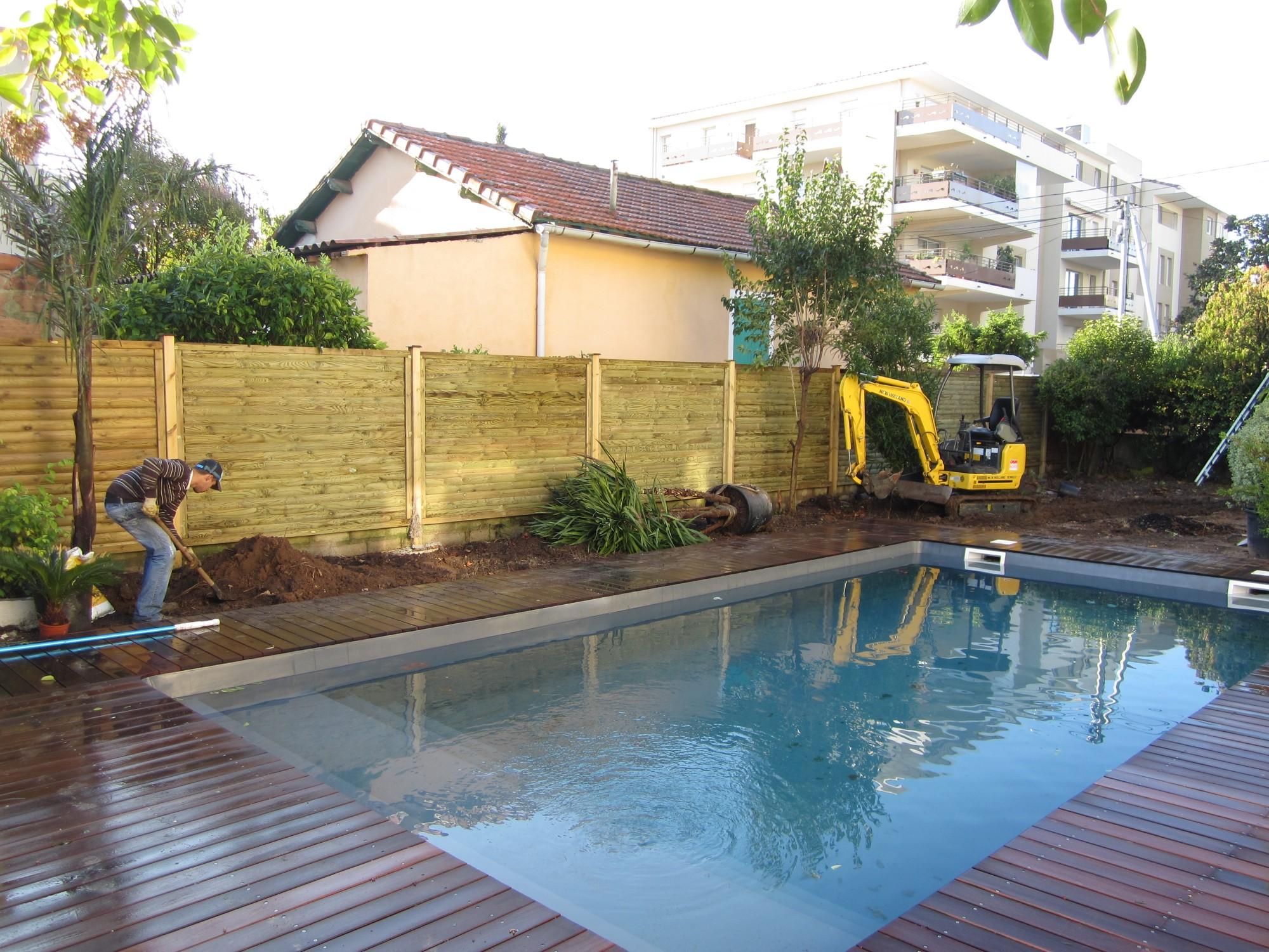 Cr ation d 39 un espace paysager en bord de piscine vert tige - Taxe d amenagement piscine ...