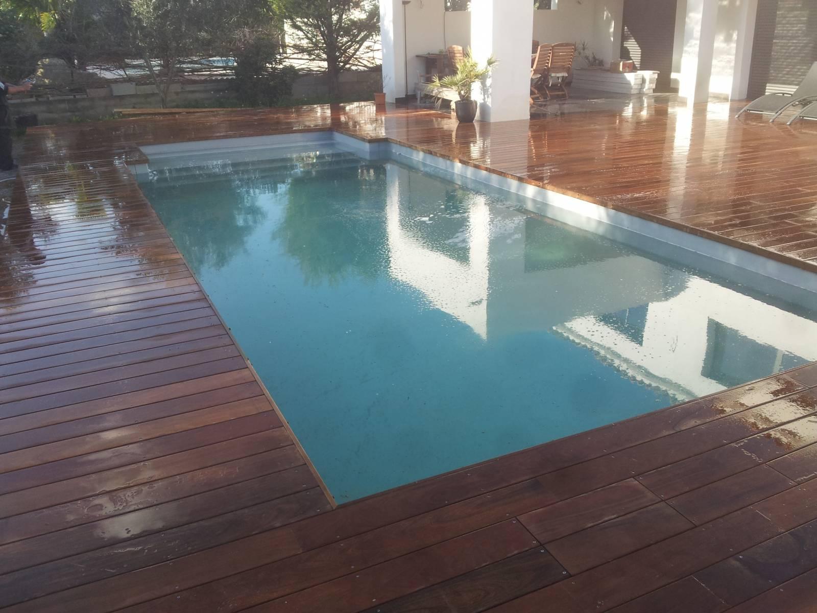 Cr ation terrasse bois autour d 39 une piscine marseille for Entretien piscine marseille