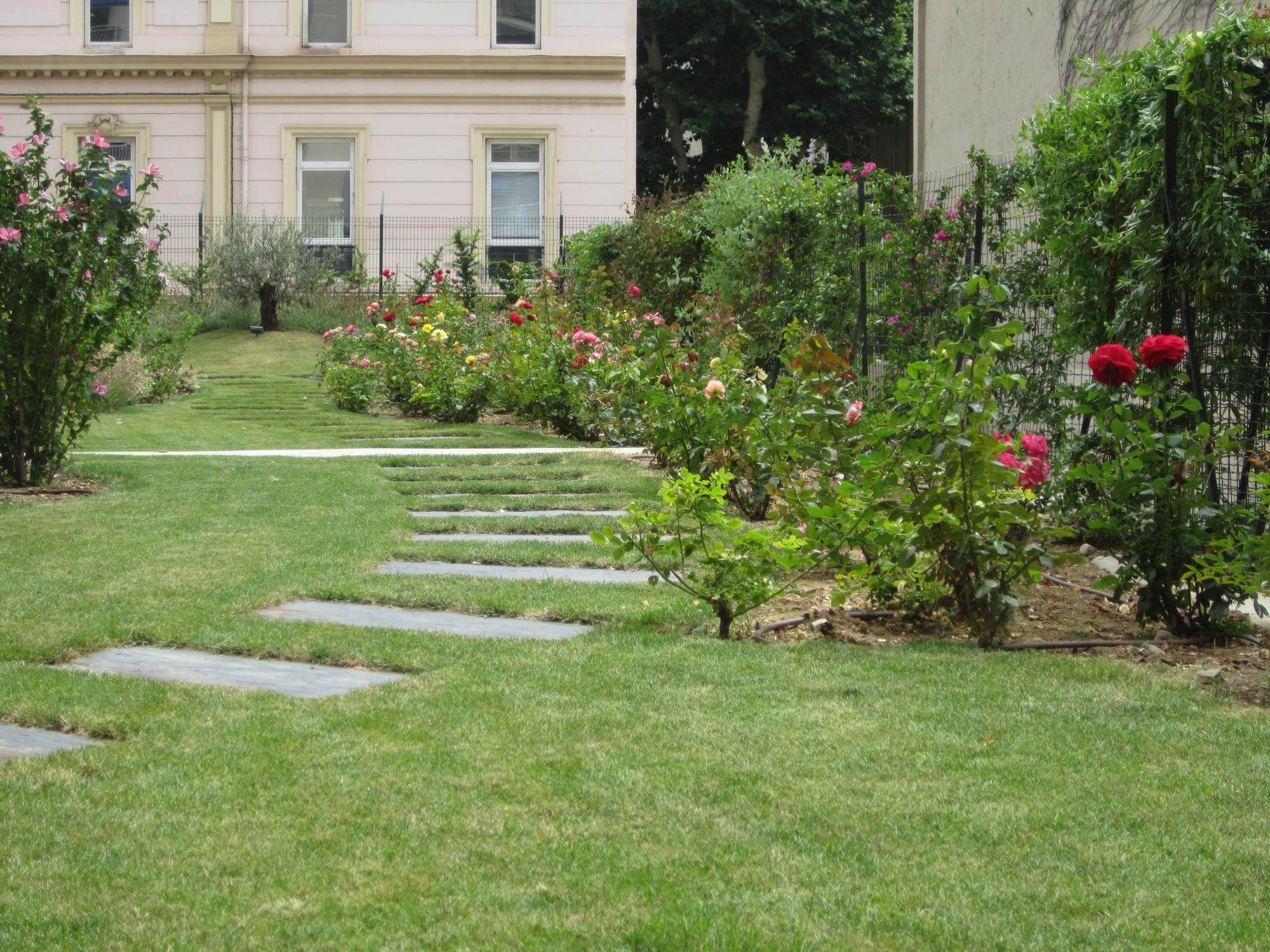 Entretien des espaces verts de copropri t vert tige for Entretien jardin 72