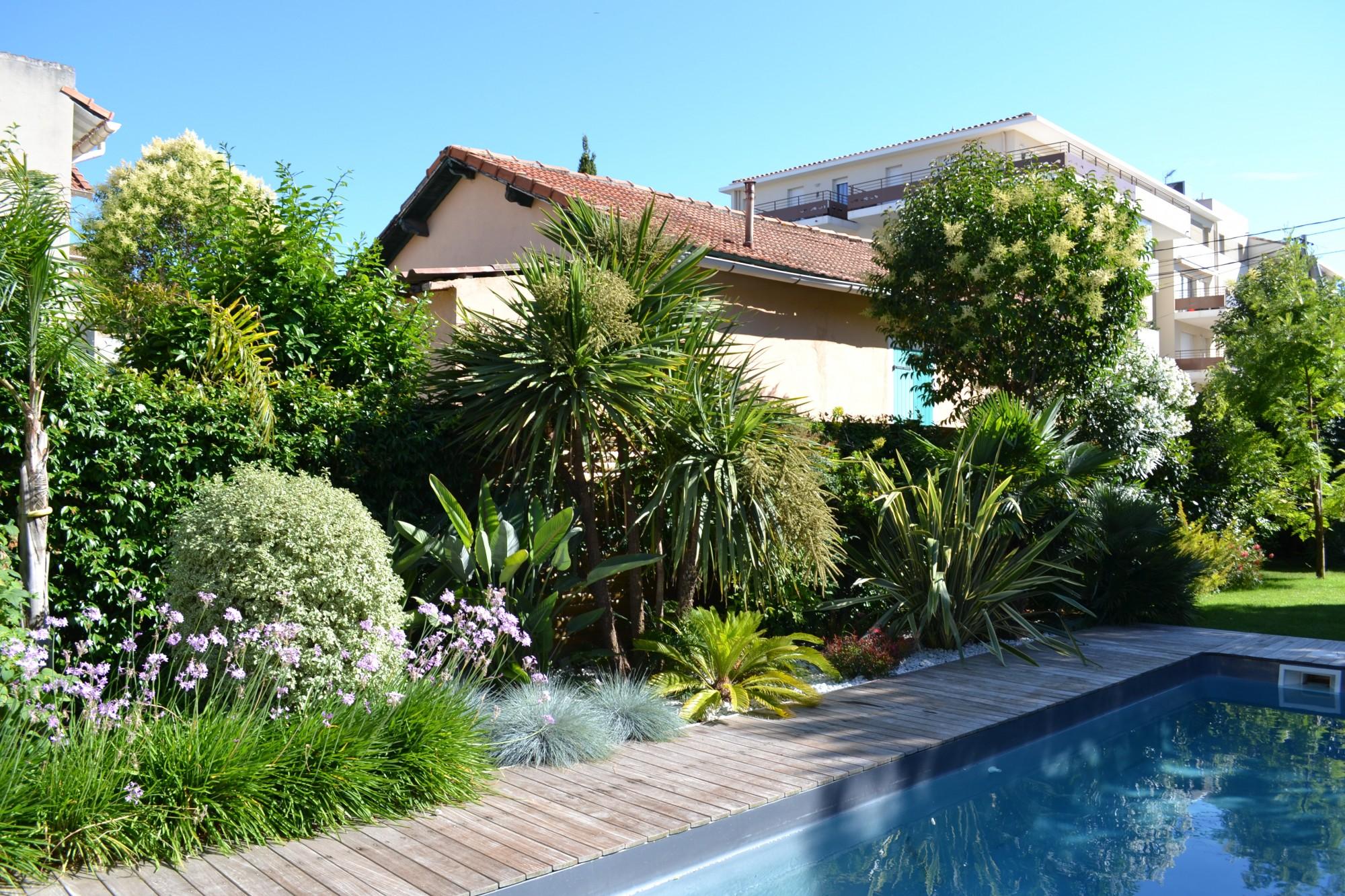 Cr ation d 39 un espace paysager en bord de piscine vert tige - Amenagement bord de piscine ...
