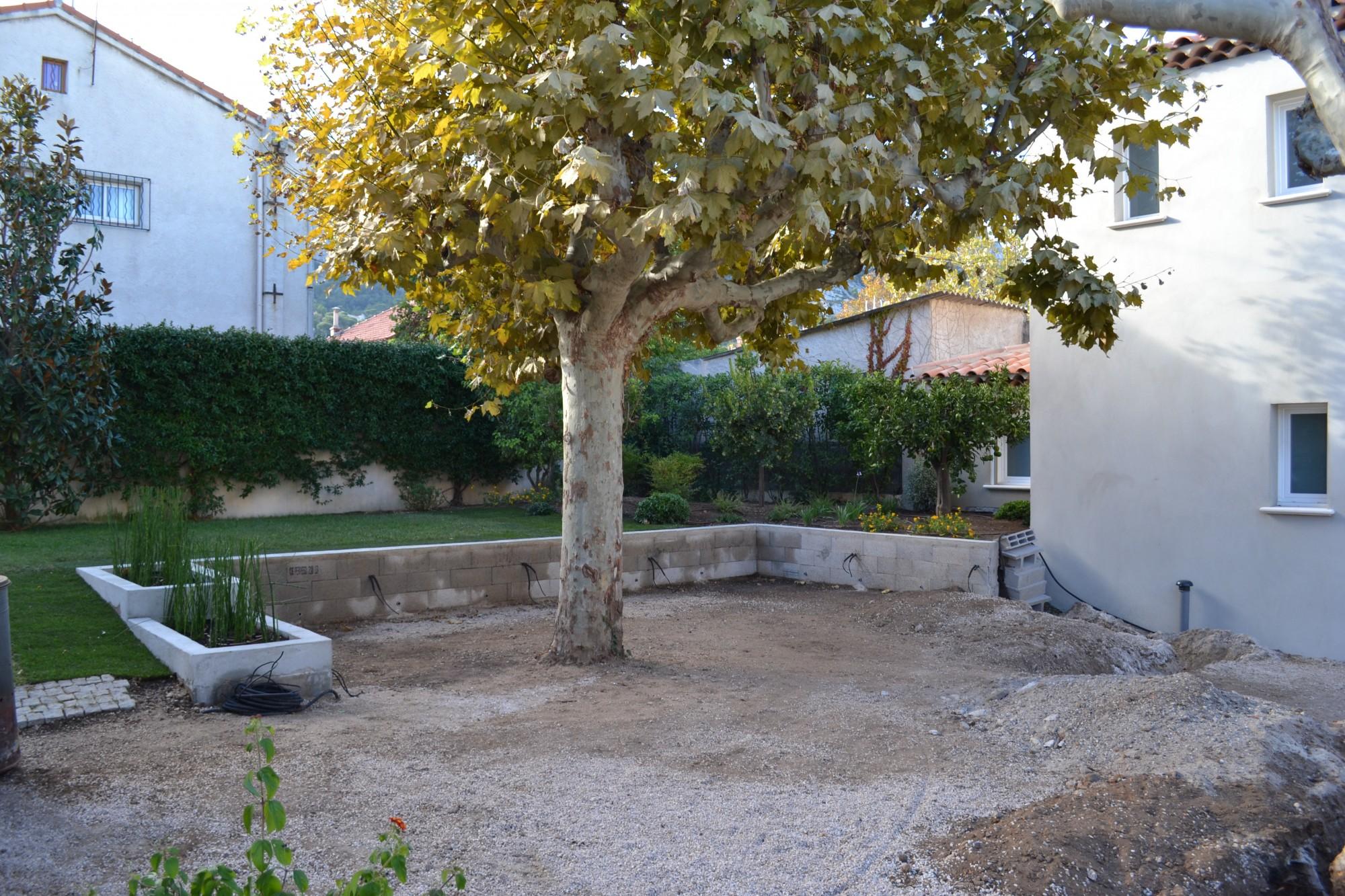 cr ation de jardini res b ties dans un jardin priv vert tige. Black Bedroom Furniture Sets. Home Design Ideas