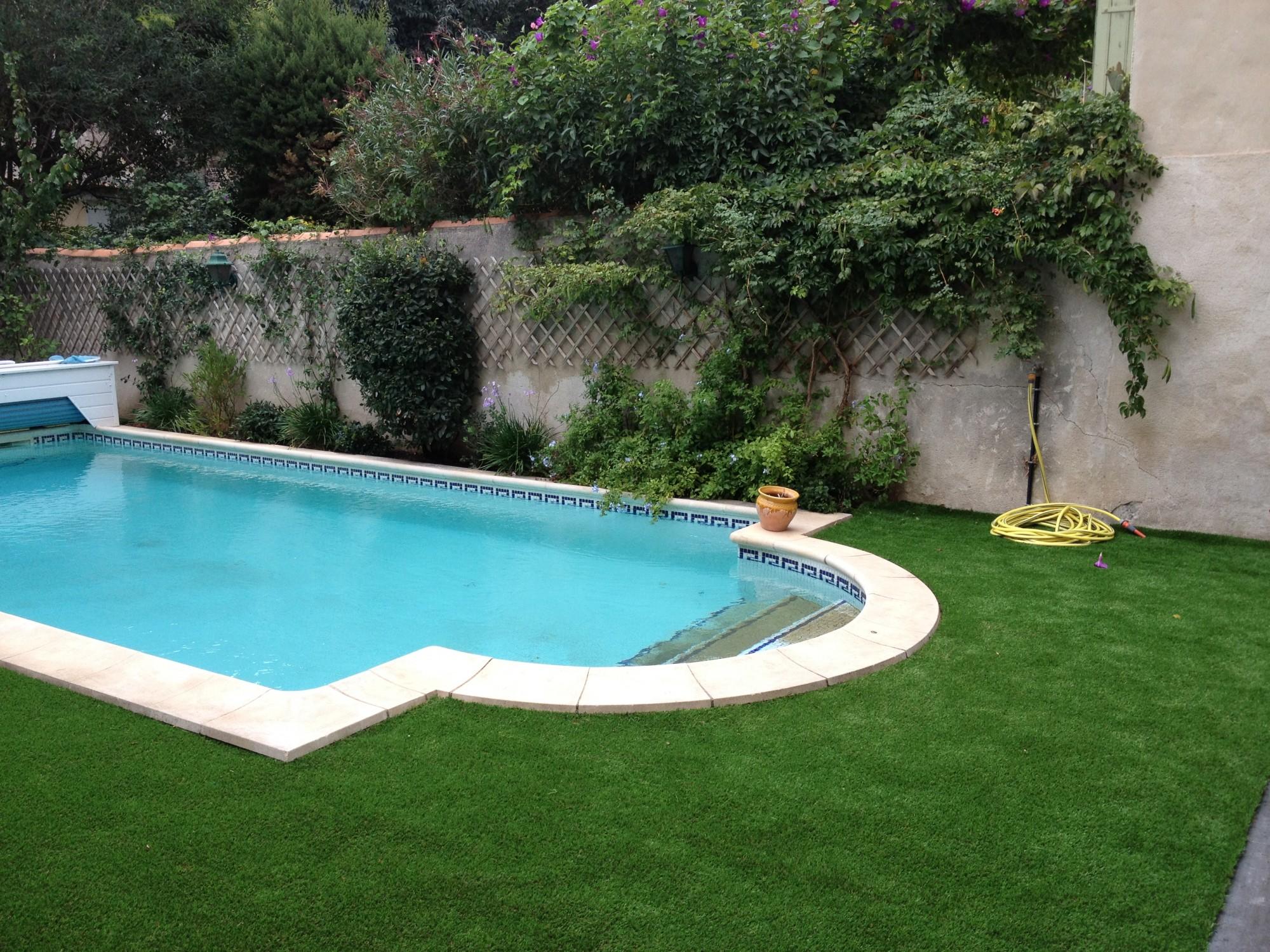 Gazon synth tique autour d 39 une piscine dans un jardin for Apprendre a plonger dans une piscine