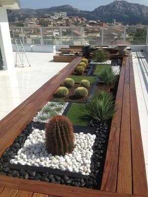 terrasse contemporaine marseille cr ation d 39 une jardini re compos e de v g taux r sistants. Black Bedroom Furniture Sets. Home Design Ideas